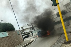 Auto prende fuoco all'incrocio tra via Berlinguer e ponte Schiva Zappa