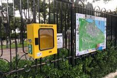 Ruba il defibrillatore da piazza Garibaldi e poi lo riporta: beccato dalle telecamere