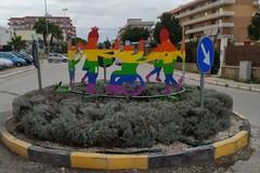 Bimbi in girotondo nella scultura collocata sulla rotatoria di Via Salvemini