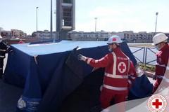 Una tenda all'esterno dell'hub vaccinale di Molfetta per garantire riparo in attesa