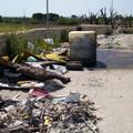 Cala San Giacomo, lo scempio dei rifiuti abbandonati continua - LE FOTO