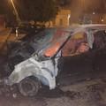 Divampa un incendio nella notte: due auto distrutte, una danneggiata