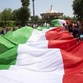 Un enorme tricolore per ricordare Salvatore Girone e Massimiliano Latorre