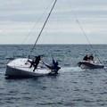 Barca a vela incastrata di fronte al Nautilus, in tre soccorsi dalla guardia costiera