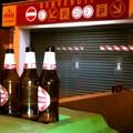 Bottiglie di vetro e degrado in Via Binetti
