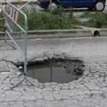 Quel pericoloso buco su via Olivetti alla zona ASI