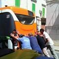 Si ferma il bus, lo spingono i passeggeri