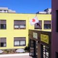 La bandiera della Croce Rossa sventola sulla sede del Comune di Molfetta