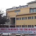 «Sanità pubblica per tutti». Rifondazione protesta davanti all'ospedale di Molfetta