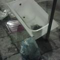 E in strada spunta la vasca da bagno