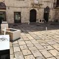 Raid vandalico in piazza Municipio: danneggiato il SuperSantos