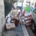 Via Maranta, catasta di cartoni abbandonati a due passi da Corso Umberto