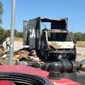 Prende fuoco mentre è in marcia: camion distrutto dalle fiamme