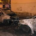 Tre auto incendiate in via Zuppetta: terrore in un palazzo raggiunto dalle fiamme