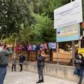 Scuole chiuse, protesta dei genitori a Molfetta: zaini davanti ai cancelli