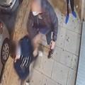 Uomo aggredisce 14enne epilettico. La violenza ripresa dalle telecamere