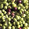 Rubano 25 quintali di olive e 10 casse di ortaggi. 6 arresti e 3 denunce