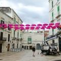Giro d'Italia, pioggia di ombrelli fucsia in piazza Municipio