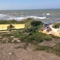 Litorale di ponente: rifiuti, muretti a secco crollati e spiaggia inesistente