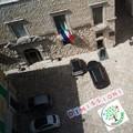 """Striscione di  """"Rinascere """" fuori da Palazzo Giovene: «Dimissioni». Poi rimosso"""