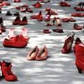 Docenti e studentesse a scuola con le scarpe rosse