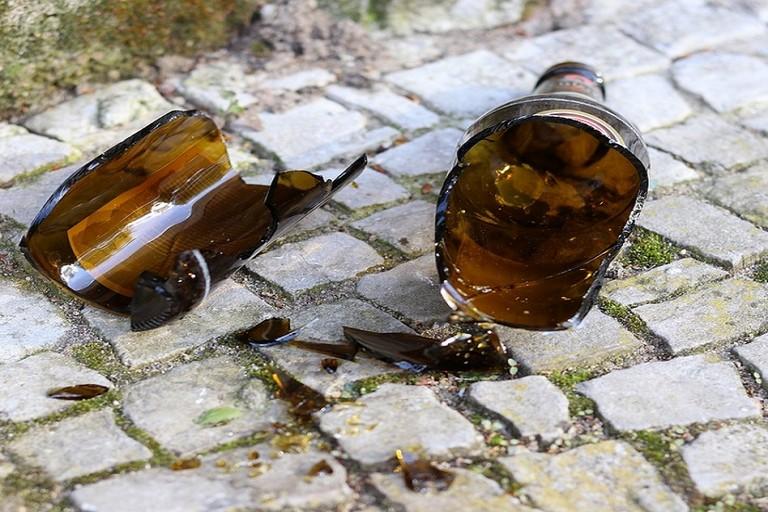 La bottiglia di vetro scagliata contro gli agenti della Polizia Locale