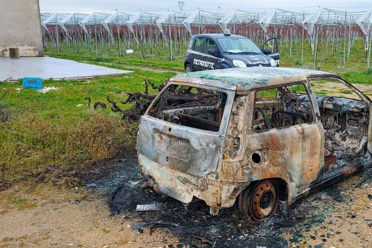 La Fiat Punto ritrovata incendiata in contrada Pozzo Sorgente