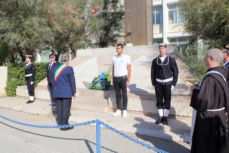 La cerimonia di consegna dei diplomi e delle medaglie ai 24 marittimi di Molfetta
