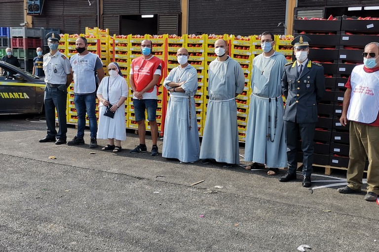 Foto di gruppo con la merce sequestrata dalle Fiamme Gialle