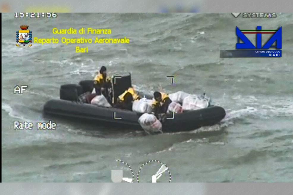 Maxi sequestro in mare: oltre 1 tonnellata di marijuana