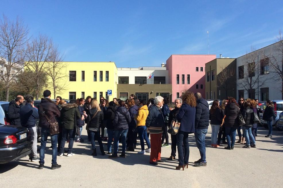 Genitori protestano a Lama Scotella JPG