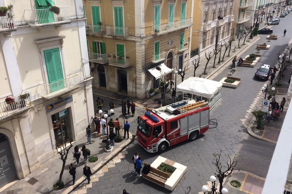 Fiamme e distruzione a Corso Umberto
