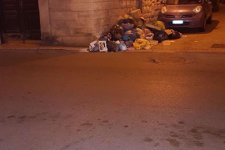 Rifiuti ovunque tra via Santo Stefano e Via Pergola.  I residenti: «Situazione non più tollerabile»