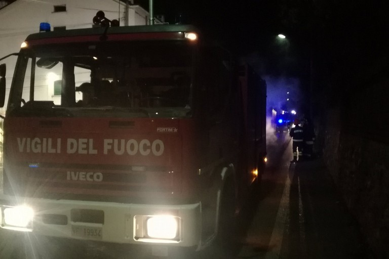 Fuoco nella notte: divampa un incendio e colpisce l'ennesima auto