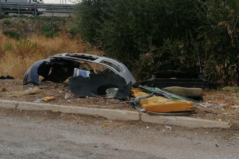 I pezzi di auto rinvenuti dalle Guardie Ecozoofile Protezione Ambientale