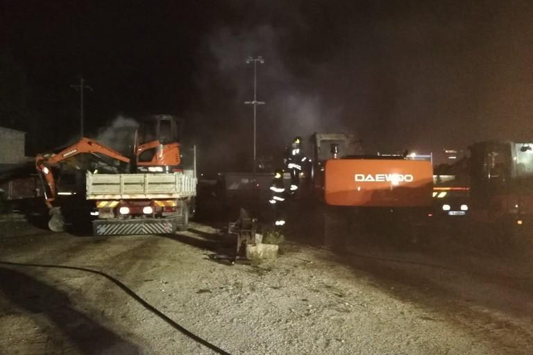 I mezzi incendiati nel deposito di Molfetta