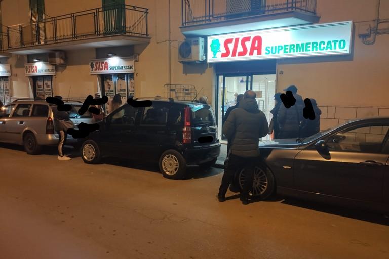 Molfettesi in fila fuori a un supermercato