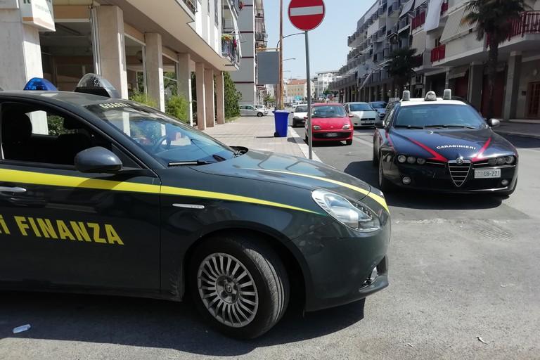 L'intervento di Guardia di Finanza e Carabinieri