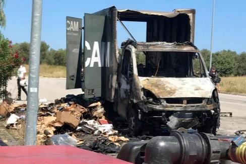 Il Fiat Iveco distrutto dalle fiamme