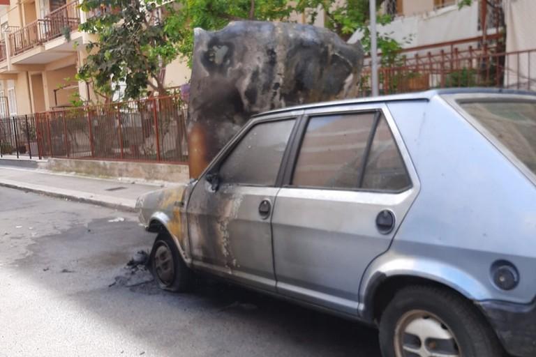 La Fiat Punto incendiata in via Canonico de Beatis