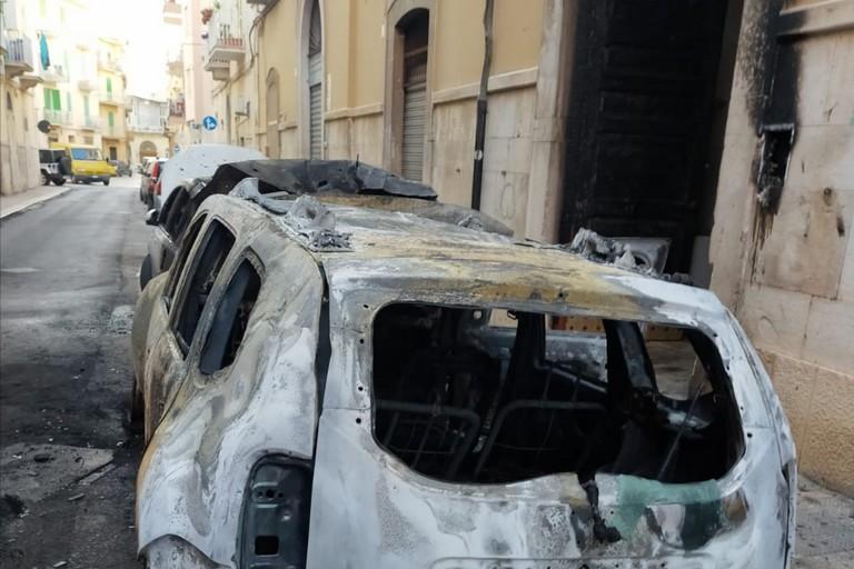 Le auto incendiate in via Michiello