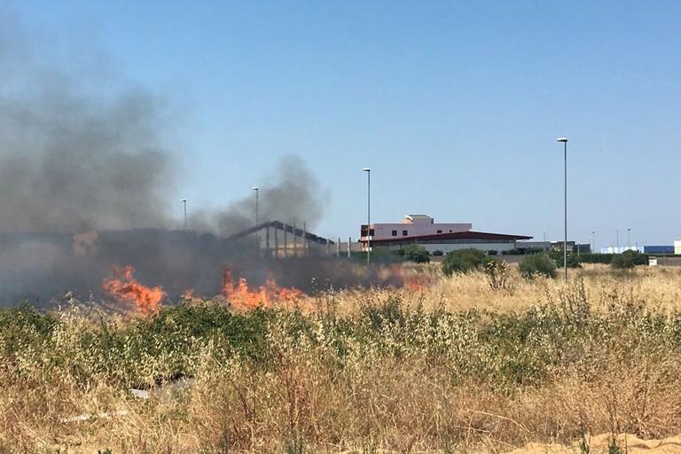 Incendio zona industriale