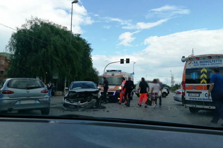 Incidente su via Berlinguer, due auto coinvolte. Traffico rallentato