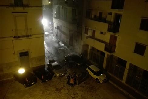 Incendio di 5 auto in via San Carlo nella notte