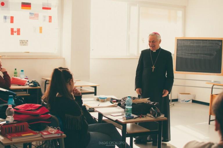 Monsignor Cornacchia a scuola
