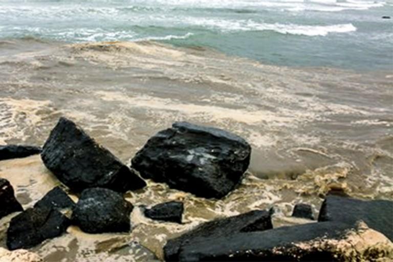 Schiuma in mare a Torre Calderina