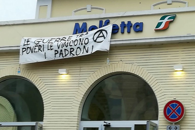 Striscione anarchico alla Stazione Molfetta