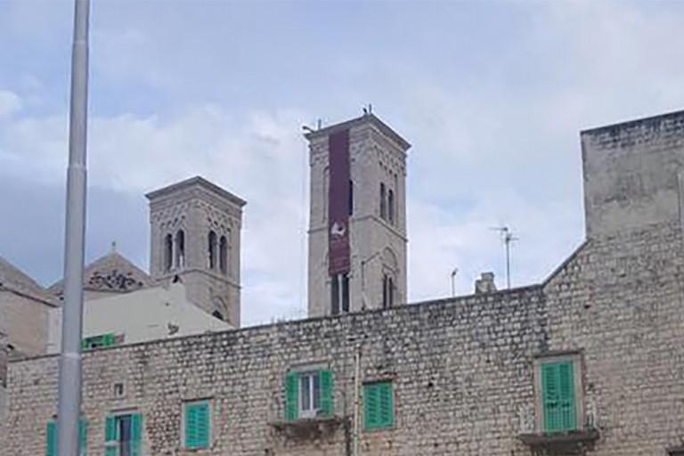 Striscione pubblicitario sulla torre del Duomo. Don Vito Bufi: «Sarà subito rimosso»