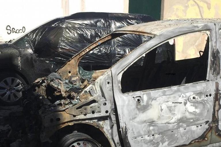 Le auto incendiate dopo l'incendio di piazza delle Erbe