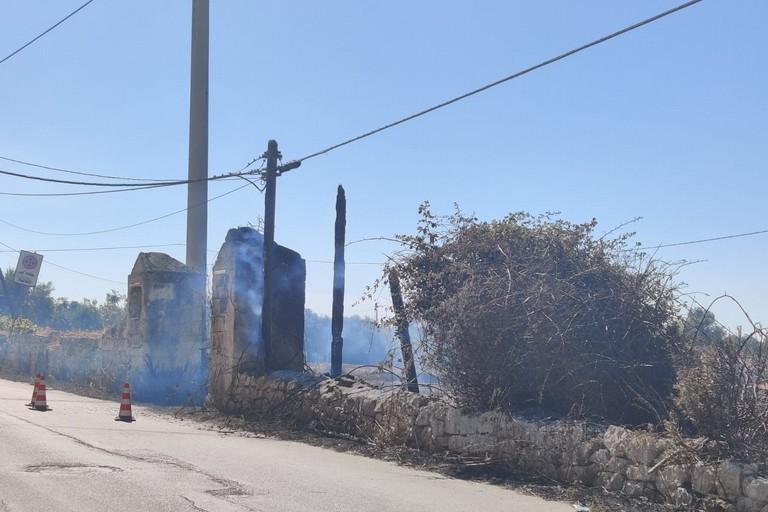 In fiamme vasta area nei pressi del Cimitero di Molfetta